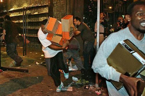 L'édito – Indignons nous contre ces vendeurs de boutiques qui se partagent les sneakers destinées aux clients !
