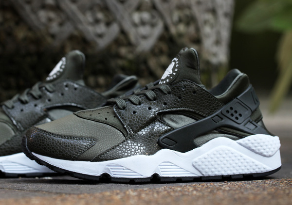 Nike Air Huarache \u0027Safari\u0027 (White/Cargo Khaki)