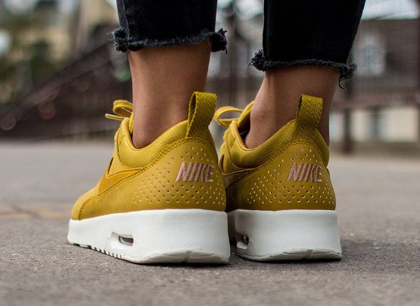 7721d10161f56 chaussures Max Baskets Nike Thea Jaune Air Moutarde Femme v8ymNn0Ow