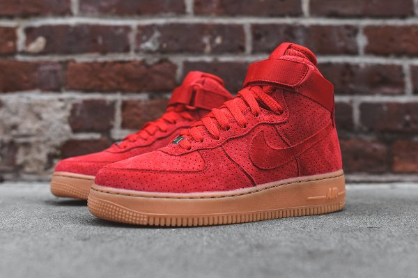 ... Basket Nike Wmns Air Force 1 montante daim rouge perfore