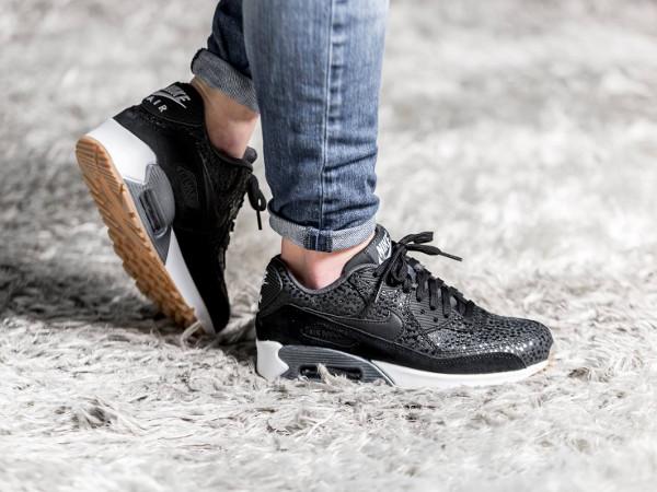 En vente (145€) au Nike : voir la paire. Nike Wmns Air Max 90 Premium Black Safari