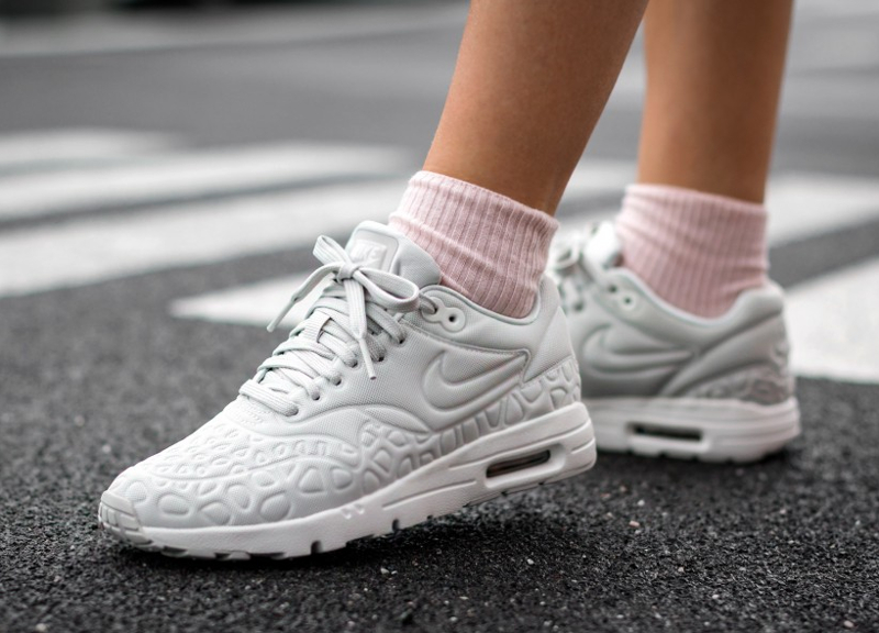 chaussure Nike Wmns Air Max 1 Ultra Plush Light Bone (grise) (2)