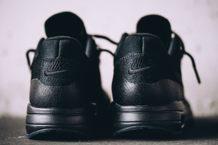 chaussure-nike-air-max-1-ultra-flyknit-noire-homme-et-femme-5