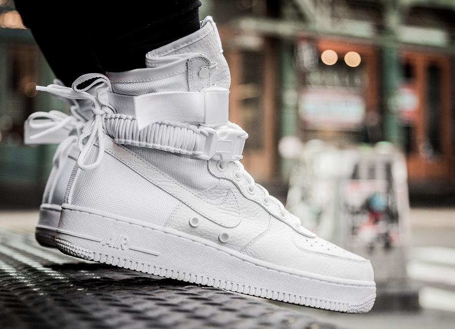 Baskets montantes SF Air Force One MID Nike en gris pour