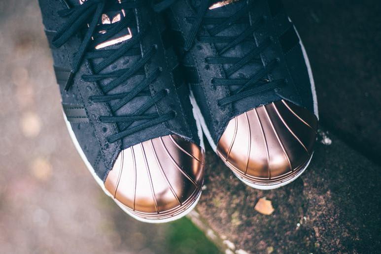 chaussure-adidas-superstar-w-80s-metallic-toe-cuir-peau-dautruche-pour-femme-2