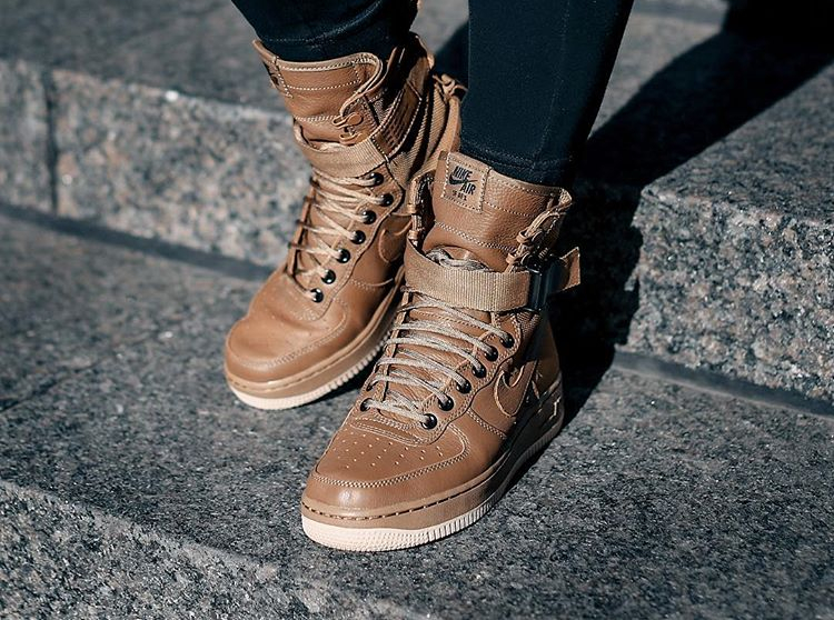 official photos 5fc6b 2971e ... Chaussure Nike Wmns Special Field Air Force 1 Premium SF AF1 cuir  marron pour femme
