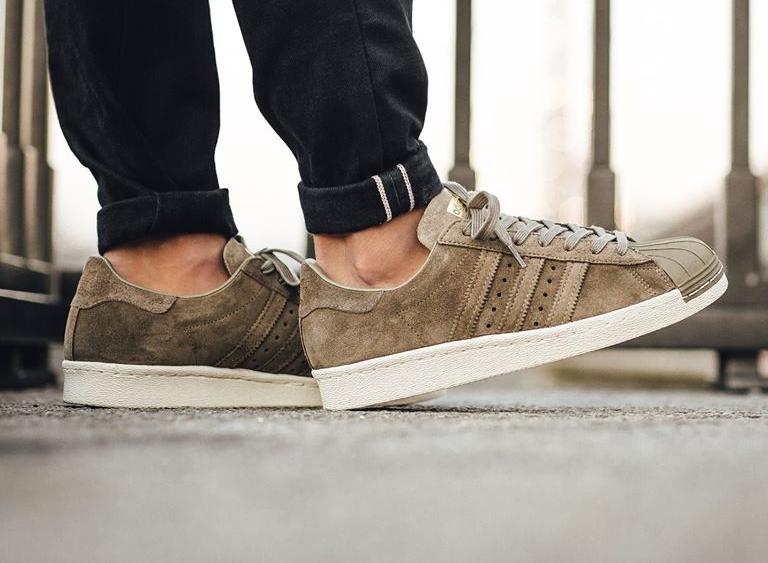 chaussure-adidas-superstar-80s-en-daim-gris-accents-dores-1