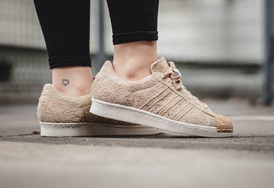 chaussure-adidas-superstar-80s-femme-daim-beige-bout-en-liege-2