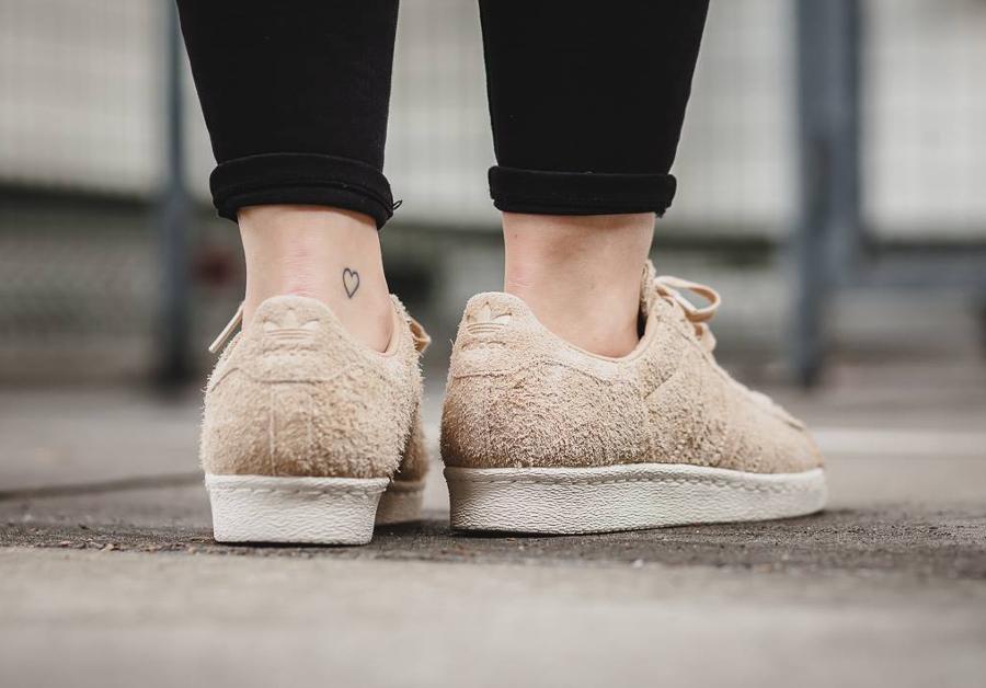 chaussure-adidas-superstar-80s-femme-daim-beige-bout-en-liege-3