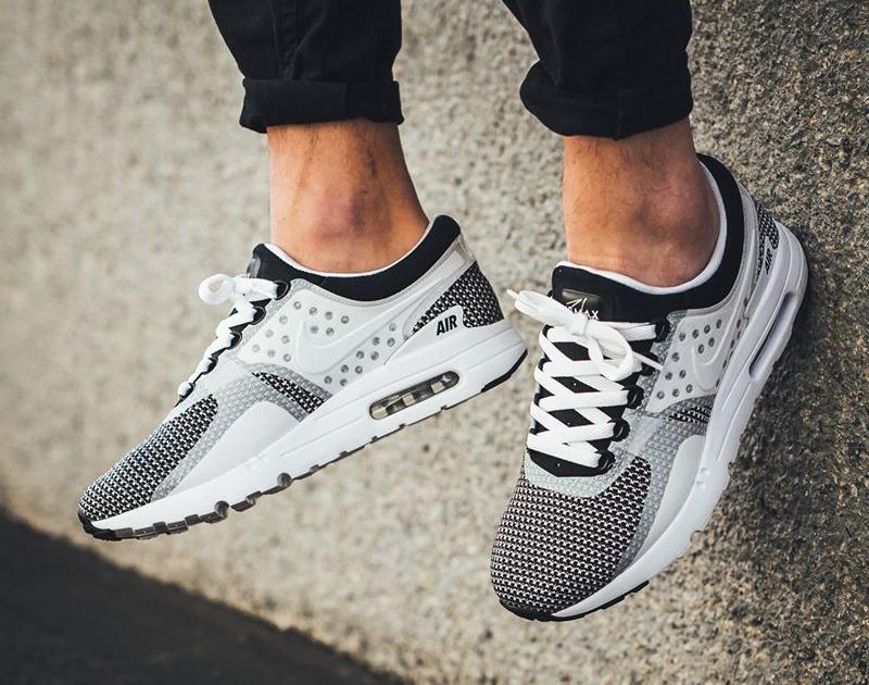chaussure-nike-air-max-zero-essential-blanche-et-noire-876070-005-3