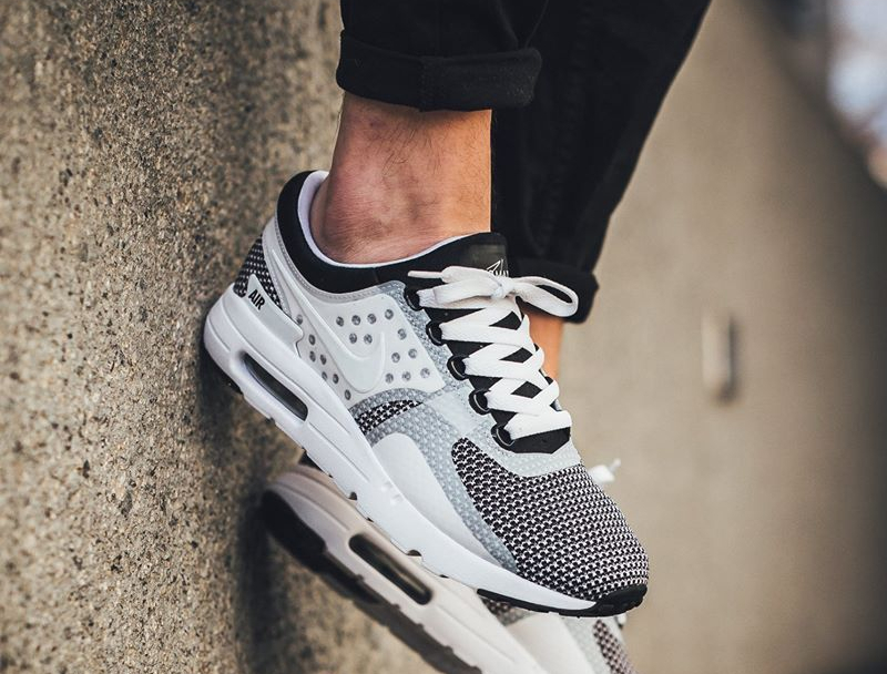 nike-air-max-zero-essential-blanche-et-noire-876070-005-on-feet