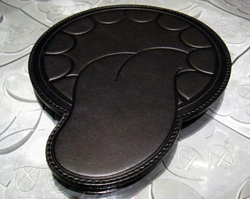 tapis de souris en cuir kaws original fake une langue qui pend. Black Bedroom Furniture Sets. Home Design Ideas