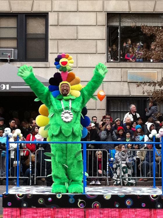 A l'occasion de la parade Thanks Giving, Takashi Murakami se déguise en…