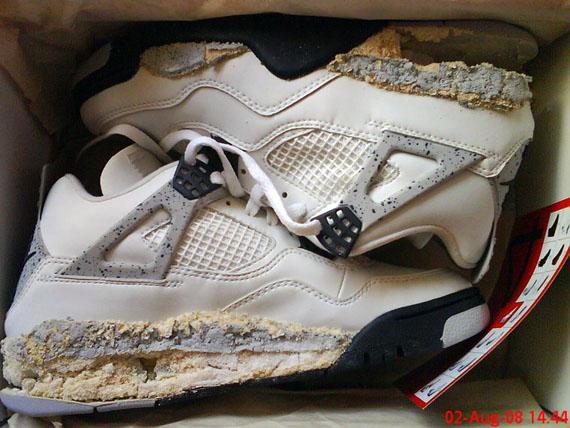 Air Jordan 4 White Cement en état de putréfaction