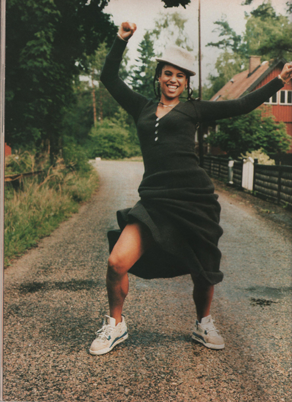 Neneh Cherry en Air Jordan 4 Military Blue