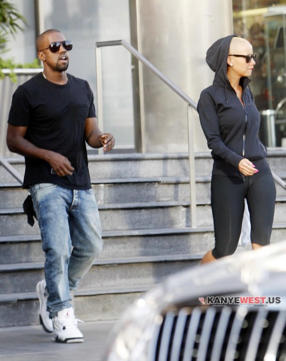 Kanye West en Air Jordan 4 White Black Cement