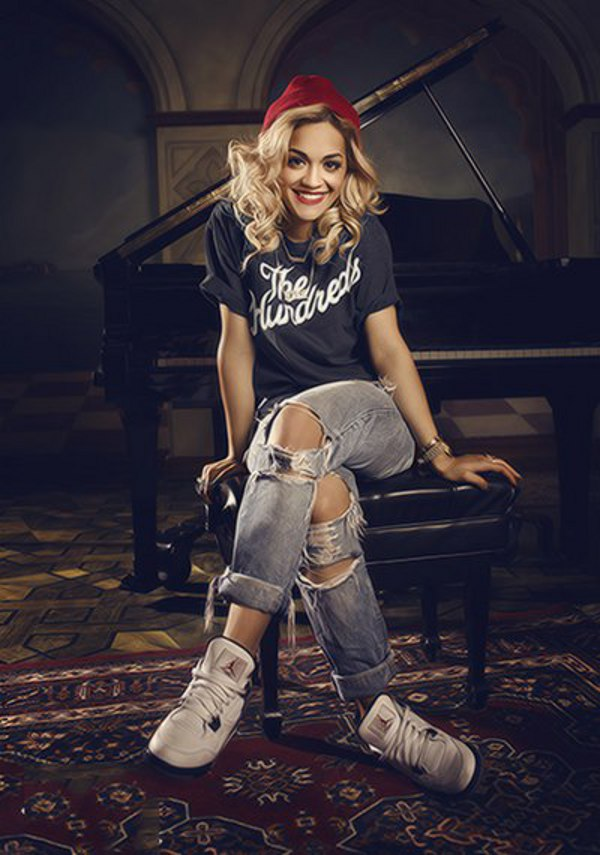 Rita Ora en Air Jordan 4 Fire Red