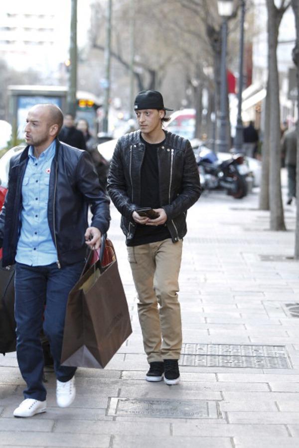 Mezut Ozil en sneakers Lanvin