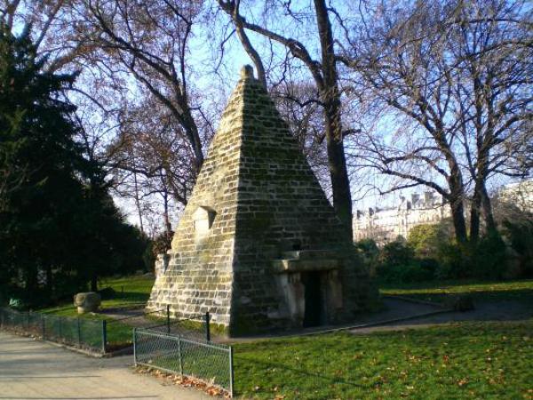 Pyramide du Parc Manceau