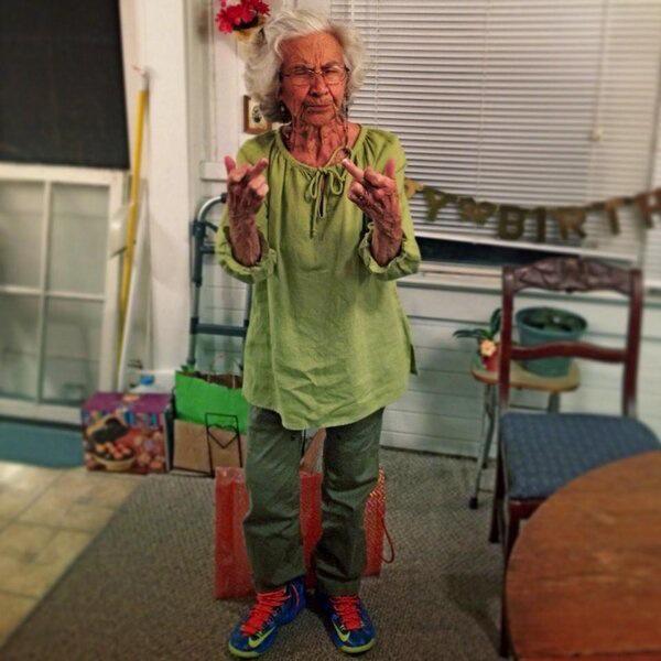 Une vieille dame en Nike Air Foamposite
