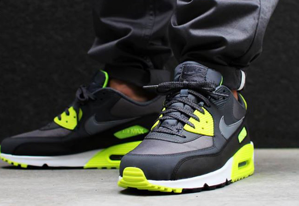 Nike Air Max 90 Essential : toute son actualité   Sneakers actus