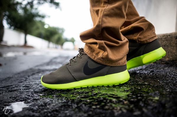 nike-roshe-run-tarp-green-volt-Niwreig