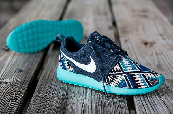 nouveau produit 34a0c 96713 Nike Roshe Run Tribal Blue par Niwreig