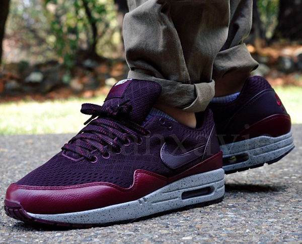 nike air max 1 london burgundy background