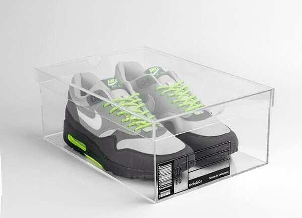 une bo te en plexiglas pour sneakers sign e krate co. Black Bedroom Furniture Sets. Home Design Ideas