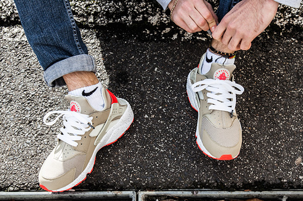 Nike Air Huarache Light Beige Laser Crimson (1)