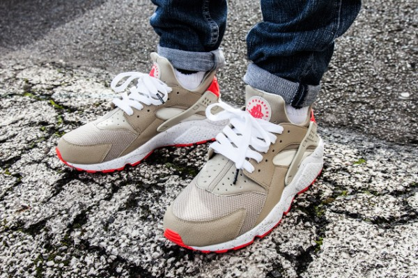 Nike Air Huarache Light Beige Laser Crimson (2)