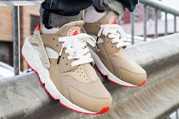 Nike Air Huarache Light Beige Laser Crimson (3)