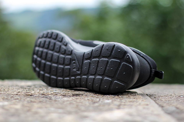 Nike Roshe Run 'Triple Black'-1
