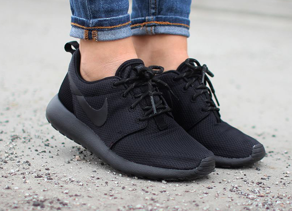 Nike Wmns Roshe One Triple Black (1)