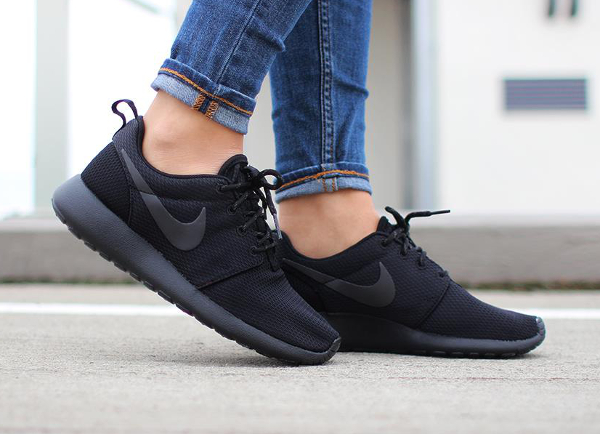 Nike Wmns Roshe One Triple Black (3)