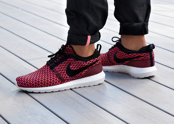 Nike Flyknit Roshe Run Fireberry aux pieds