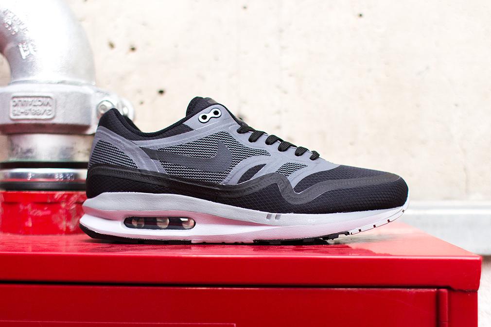 the best attitude 032cb 92896 Son empeigne est en mesh noir et gris. La paire possède une semelle  Lunarlon, comme les autres Air Max 1 de la gamme. En vente (145€) au Nike  Store.fr ...