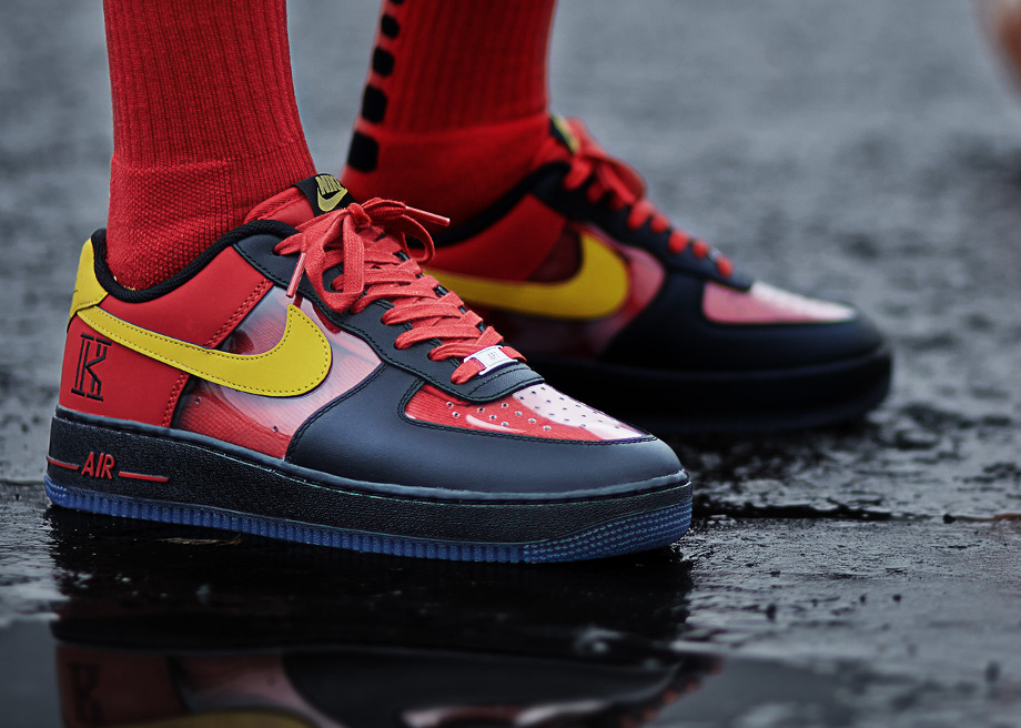 Air Force 1 Low CMFT Kyrie Irving (Black Tour Yellow University Red) aux pieds (3)