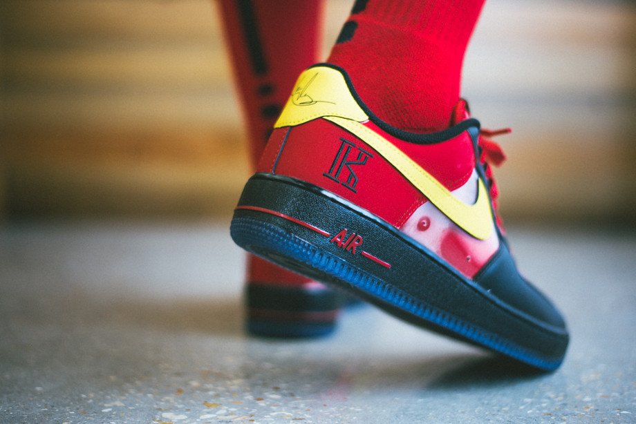 Air Force 1 Low CMFT Kyrie Irving (Black Tour Yellow University Red) aux pieds (4)