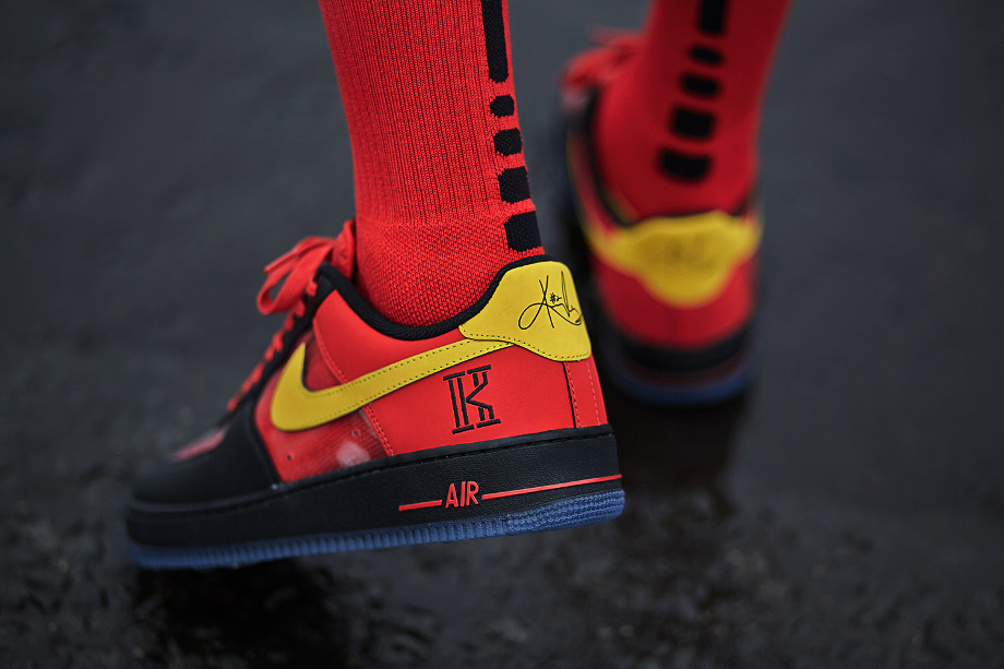 Air Force 1 Low CMFT Kyrie Irving (Black Tour Yellow University Red) aux pieds (5)
