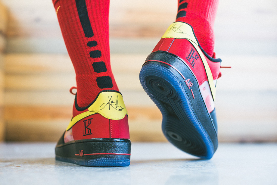 Air Force 1 Low CMFT Kyrie Irving (Black Tour Yellow University Red) aux pieds (6)