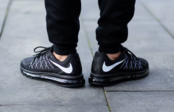 Nike Air Max 2015 Black White aux pieds (3)