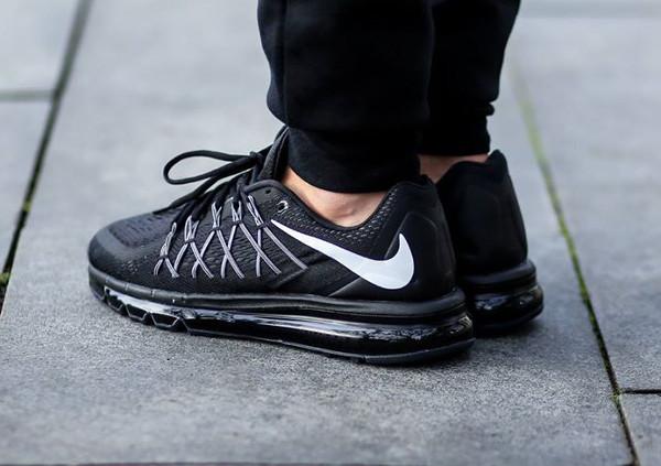 Nike Air Max 2015 Black White aux pieds (4)