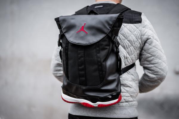 9cf5f4f2c64 Un sac à dos Air Jordan 11 Bred (2)