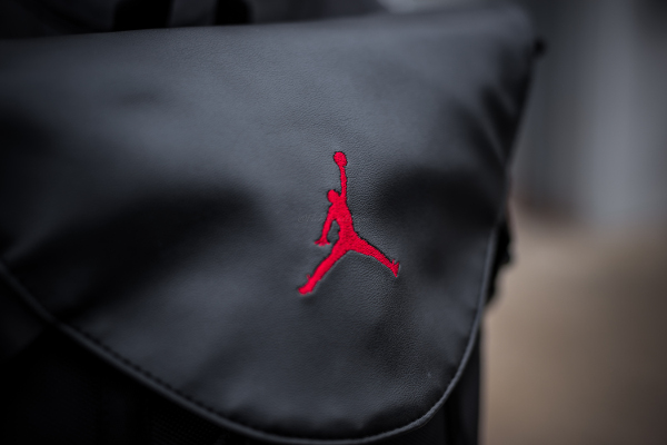 la meilleure attitude de14a e7a1c Un sac à dos Air Jordan 11 Bred