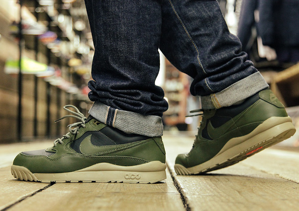 Nike Air Wildwood LE PRM QS Black Olive Bamboo aux pieds (3)
