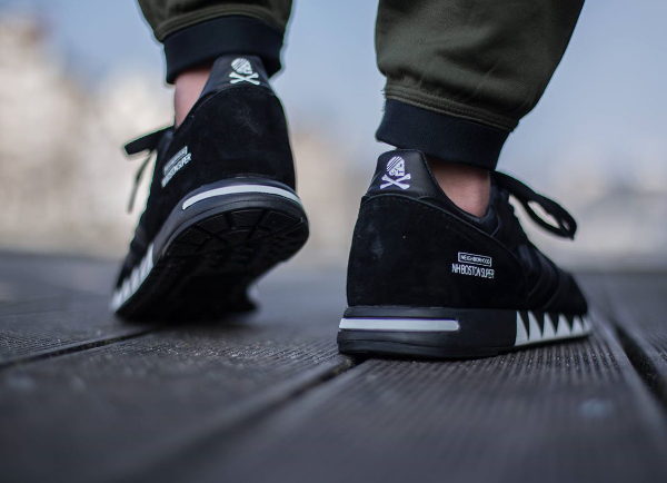 Adidas Boston Super x Neighborhood 'Black' (noir) aux pieds (1)