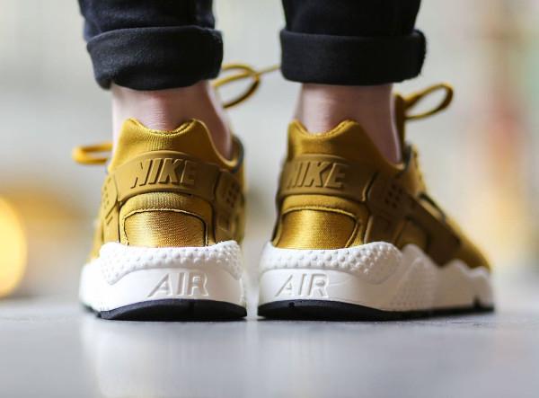 newest 3eb22 01081 Nike Air Huarache Bronzine (dorée) aux pieds ...