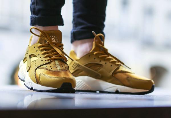 Nike Air Huarache \u0027Bronzine\u0027 (dorée) aux pieds