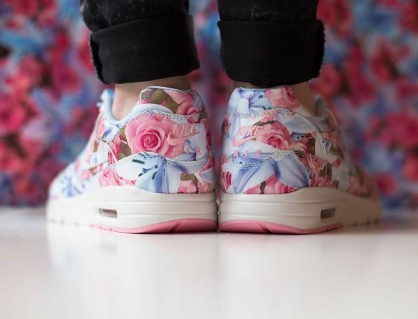 Nike Air Max 1 Ultra City Floral Paris (fleurs lys & roses) aux pieds (3)